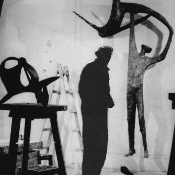 Dominik Lang – Muž štíhlé ploché postavy drží na zdvižených rukách nohu postavy v akrobatické poloze.